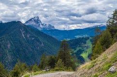 Nuvens dramáticas sobre a montanha Peitlerkofel em Tirol sul, Itália Fotos de Stock Royalty Free