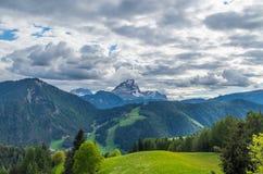 Nuvens dramáticas sobre a montanha Peitlerkofel em Tirol sul, Itália Imagens de Stock