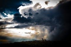 Nuvens dramáticas sobre montanhas tampadas neve Imagens de Stock