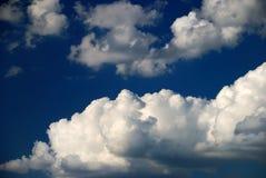 Nuvens duras de encontro ao céu azul Fotografia de Stock