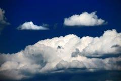 Nuvens duras de encontro ao céu azul Imagem de Stock