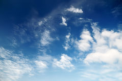 Nuvens duras de encontro ao céu azul Foto de Stock Royalty Free
