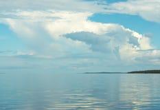 Nuvens e água Fotos de Stock Royalty Free