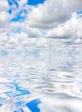 Nuvens e água Fotografia de Stock Royalty Free