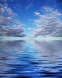 Nuvens e água de Beautyful imagens de stock royalty free