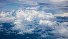 Nuvens e atmosfera bonitas, dramáticas do céu fotografia de stock