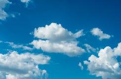 Nuvens e azul-céu Fotografia de Stock