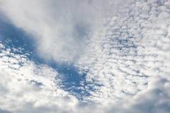 Nuvens e céu azul Foto de Stock