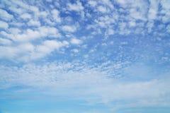 Nuvens e céu bonitos do bule Imagem de Stock