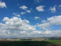Nuvens e céu claros do timelampse da grama Fotos de Stock Royalty Free
