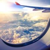 Nuvens e céu como a janela completamente vista de um avião imagem de stock