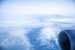 Nuvens e céu como a janela completamente vista de um avião fotografia de stock