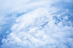 Nuvens e céu como a janela completamente vista de um avião foto de stock