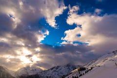 Nuvens e céu da montanha Fotos de Stock Royalty Free