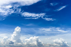 Nuvens e céu de Bly para o fundo Fotografia de Stock