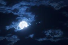 Nuvens e céu dramáticos da noite com a lua azul completa bonita imagem de stock