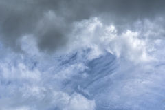 Nuvens e céu escuros antes do temporal Imagem de Stock Royalty Free