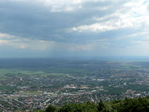 Nuvens e chuva acima de uma cidade fotos de stock royalty free