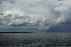 Nuvens e chuva sobre o oceano pela ilha de Cebu Foto de Stock