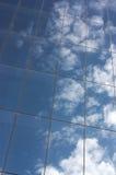 Nuvens e a construção moderna foto de stock royalty free