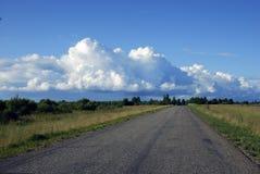 Nuvens e estrada Imagens de Stock Royalty Free