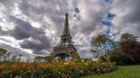 Nuvens e flores da torre Eiffel fotos de stock