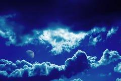 Nuvens e fundo azuis da lua Foto de Stock