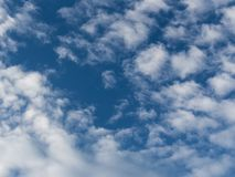 Nuvens e fundo do céu azul Teste padrão e texturas do projeto fotografia de stock royalty free
