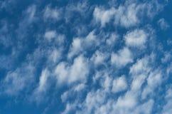 Nuvens e fundo do céu azul Teste padrão e texturas do projeto fotografia de stock