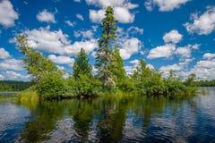 Nuvens e ilha, lago do sawbill, bwcaw Foto de Stock