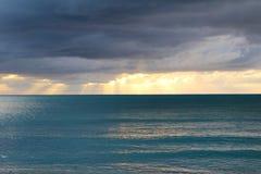 Nuvens e luzes do por do sol Long Island, Bahamas fotos de stock royalty free