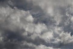 Nuvens e mechas cinzentas imagem de stock