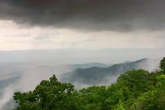 Nuvens e montanhas Fotografia de Stock Royalty Free