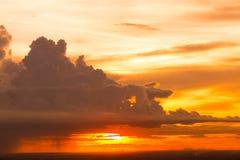 Nuvens e o céu no por do sol Foto de Stock