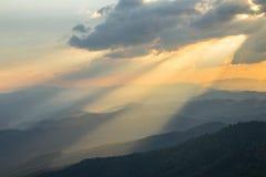 Nuvens e raio do sol na noite Foto de Stock