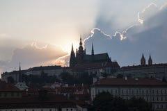 Nuvens e raios dramáticos de Sun acima da cidade de Praga Foto de Stock