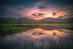 Nuvens e reflexões do por do sol do assobiador foto de stock royalty free