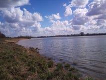 Nuvens e rio Fotografia de Stock Royalty Free