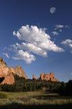 Nuvens e rochas imagem de stock