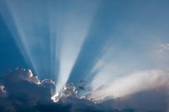 Nuvens e sunbeams Fotografia de Stock