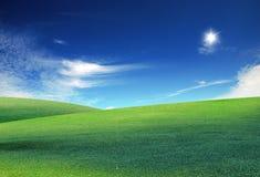 Nuvens e um campo verde imagens de stock royalty free