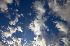 Nuvens em céus azuis Imagens de Stock