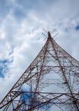 Nuvens em torno da torre elétrica imagem de stock