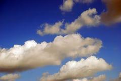 Nuvens em um céu azul imagem de stock