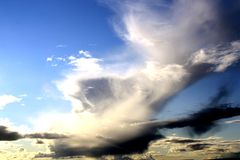 Nuvens em um céu azul foto de stock royalty free