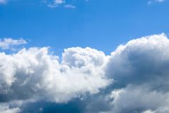 Nuvens em um céu azul. Imagens de Stock Royalty Free