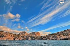 Nuvens em um céu azul, as montanhas rochosas bonitas nas costas do Mar Negro em Crimeia Imagem de Stock Royalty Free
