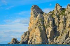 Nuvens em um céu azul, as montanhas rochosas bonitas nas costas do Mar Negro em Crimeia Fotografia de Stock
