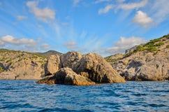 Nuvens em um céu azul, as ondas, as montanhas rochosas bonitas nas costas do Mar Negro em Crimeia Imagem de Stock