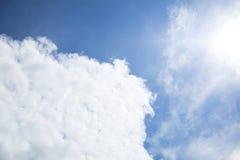 Nuvens em um céu azul brilhante Fotografia de Stock